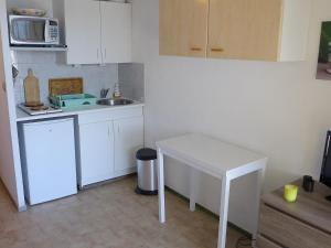 A kitchen or kitchenette at Apartment Le Beach-24