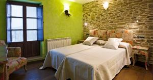 A bed or beds in a room at Hostal Raices