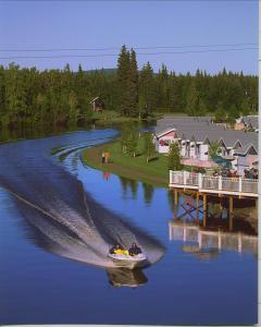 Vue sur la piscine de l'établissement River's Edge Resort ou sur une piscine à proximité