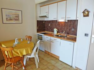 A kitchen or kitchenette at Apartment Arena-5