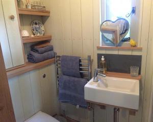 A bathroom at Chez Marguerite Luxury Shepherd's Hut
