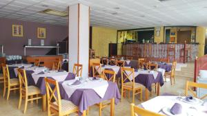 A restaurant or other place to eat at Hotel-Apartamentos Andorra
