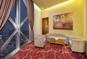 A seating area at City Seasons Towers Hotel Bur Dubai