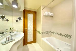 A bathroom at City Seasons Towers Hotel Bur Dubai