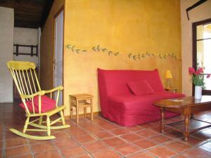 A seating area at Gite de Serrelongue