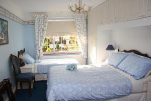 A bed or beds in a room at Berkeley Lodge