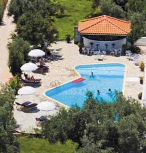 Θέα της πισίνας από το Artemis Bungalows  ή από εκεί κοντά