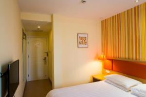 A bed or beds in a room at Home Inn Xi'an Keji 6th Road Shuijingdao