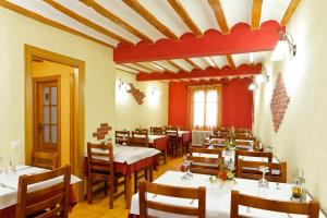 A restaurant or other place to eat at Albergue Cuatro Cantones (Exclusivo para Peregrinos)