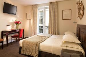 A bed or beds in a room at Hôtel Delavigne
