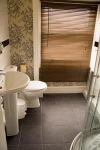 A bathroom at Aylestone Court Hotel