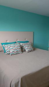 A bed or beds in a room at Costa del Faro Apart Hotel
