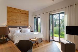 Ein Bett oder Betten in einem Zimmer der Unterkunft Hotel Strandhaus - Boutique Resort & Spa