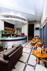 El salón o zona de bar de Athens Mirabello