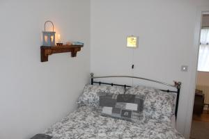 A bed or beds in a room at Tigín Tuí
