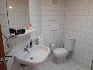 A bathroom at Avlu 4