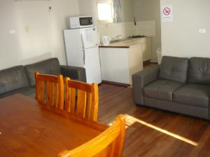 A kitchen or kitchenette at Albany Apartments