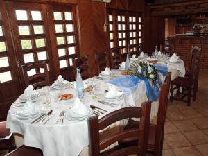 Um restaurante ou outro lugar para comer em Residencial Albergaria