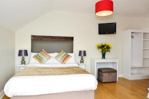 A bed or beds in a room at Dingle Harbour Lodge B&B