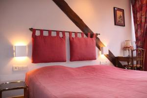 Een bed of bedden in een kamer bij Logis Hostellerie De La Claire Fontaine