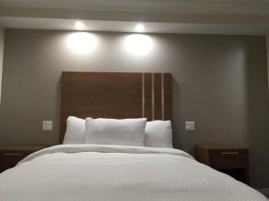 Llit o llits en una habitació de Greenwich Inn