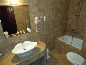 Ένα μπάνιο στο Ξενοδοχείο Κόκκινος Βράχος
