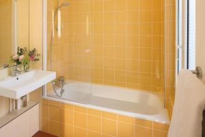 Een badkamer bij Family Residence