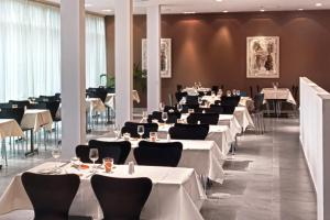 A restaurant or other place to eat at Tryp by Wyndham Wuppertal