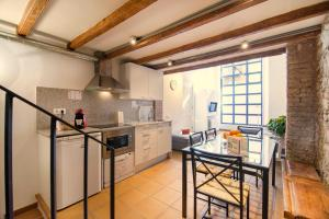 A kitchen or kitchenette at Happy People Ramblas Harbour Apartments