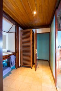 A bathroom at Oa Oa Lodge