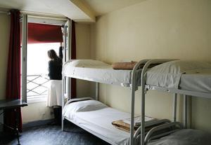 Uma ou mais camas em beliche em um quarto em Aloha - Eiffel Tower by Hiphophostels