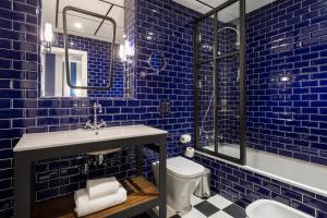 A bathroom at Room Mate Valeria