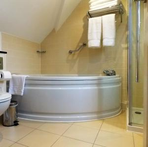 A bathroom at The George at Baldock Boutique Hotel