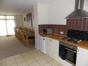 A kitchen or kitchenette at Canons Court Mews