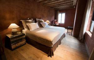 A bed or beds in a room at Townhouse Weisses Kreuz