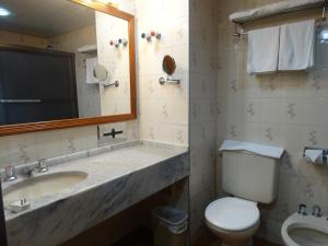 A bathroom at Taj Mahal Hotel