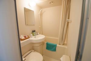 A bathroom at Hakuba Mominoki Hotel