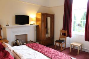 A television and/or entertainment centre at Brackness House Luxury B&B