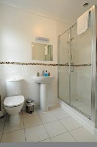 A bathroom at Grove Guest House