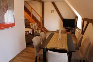 A television and/or entertainment centre at Apartament Stara Kamienica