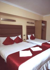 Ένα ή περισσότερα κρεβάτια σε δωμάτιο στο Lord Jim Hotel London Kensington