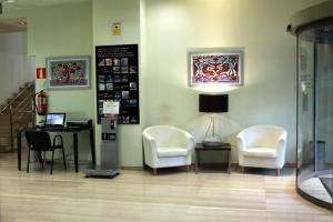 A seating area at Abba Rambla Hotel