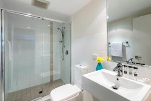 A bathroom at Oaks Ipswich Aspire Suites