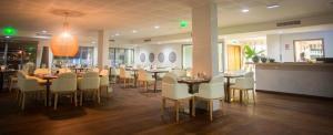 Restaurant ou autre lieu de restauration dans l'établissement Le Battant Des Lames