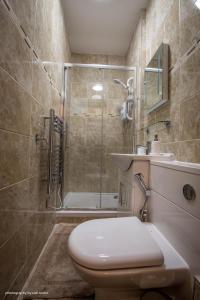 A bathroom at Cardiffwalk Serviced Apartments