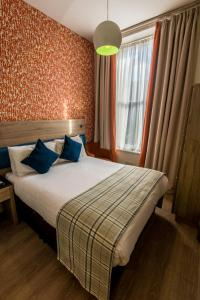 A bed or beds in a room at Cairn Hotel & Apartments