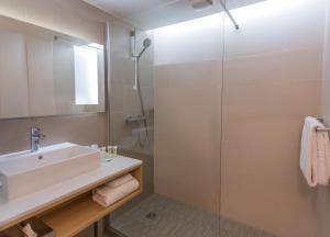 A bathroom at Courtyard by Marriott Montpellier