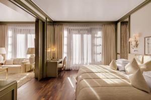 Ein Bett oder Betten in einem Zimmer der Unterkunft Hotel Europäischer Hof Heidelberg