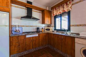 A kitchen or kitchenette at apartamentos Pericón