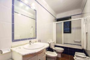 A bathroom at apartamentos Pericón